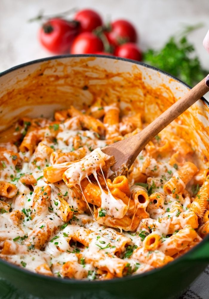 rezepte mit hackfleisch, nudeln, macaroni mit parmesan und petersilie, kirschtomaten