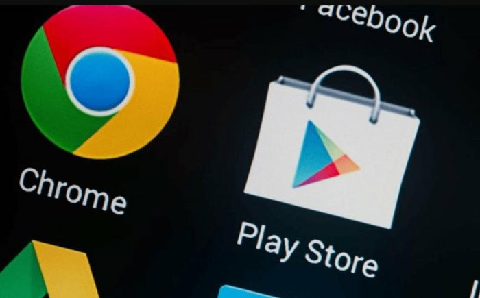 ein Icon mit dem Logo von Google Play Store neben Google Chrome auf schwarzem Hintergrund