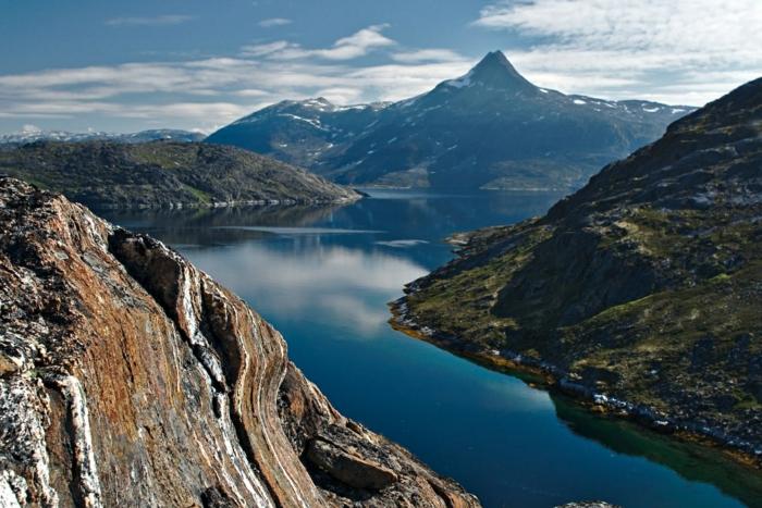 eine schöne Aussicht von Grönland, ein Gebirge und ein Fluss, Trump will das alles kaufen