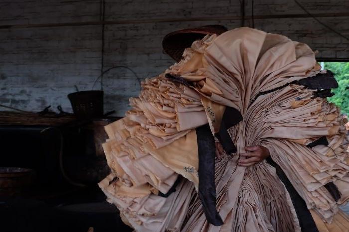 fairtrade kleidung, kleidung aus altem papier, recyclete kleidung ideen zum inspirieren