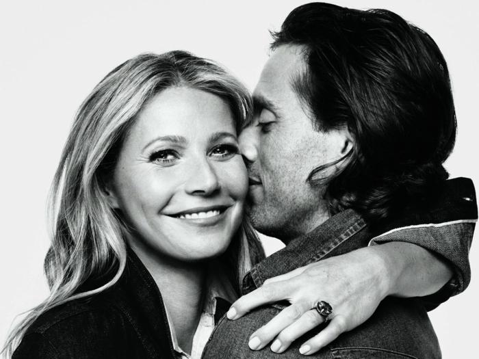 Gwyneth Poltrow, ein schwarz weißes Foto von ihr und ihrem Ehemann Brad