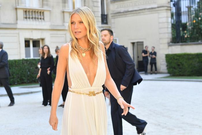 Gwyneth Paltrow, in ihrem Hochzeitkleid, blondes langes Haar, vor dem Standesamt