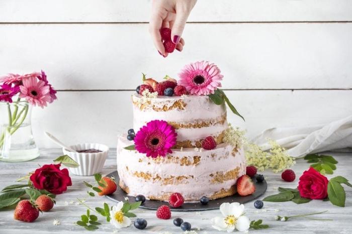 hochzeitstorte rezept 2 stöckig, hochzeitstorte mit erdbeeren, sahne mit beeren, rosa blüten