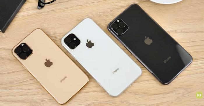 drei iPhone in verschiedenen Farben mit dem Zeichen von Apple, auf einem schönen Schreibtisch