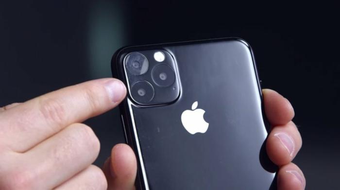 ein schwarzes Smartphone mit dem Zeichen von Apple und eine große Kamera, iPhone 11