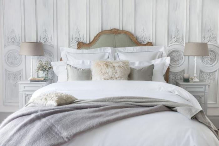 bilder schlafzimmer, ein großes bett in weiß und grau, zimmer gestaltung, flauschige kissen