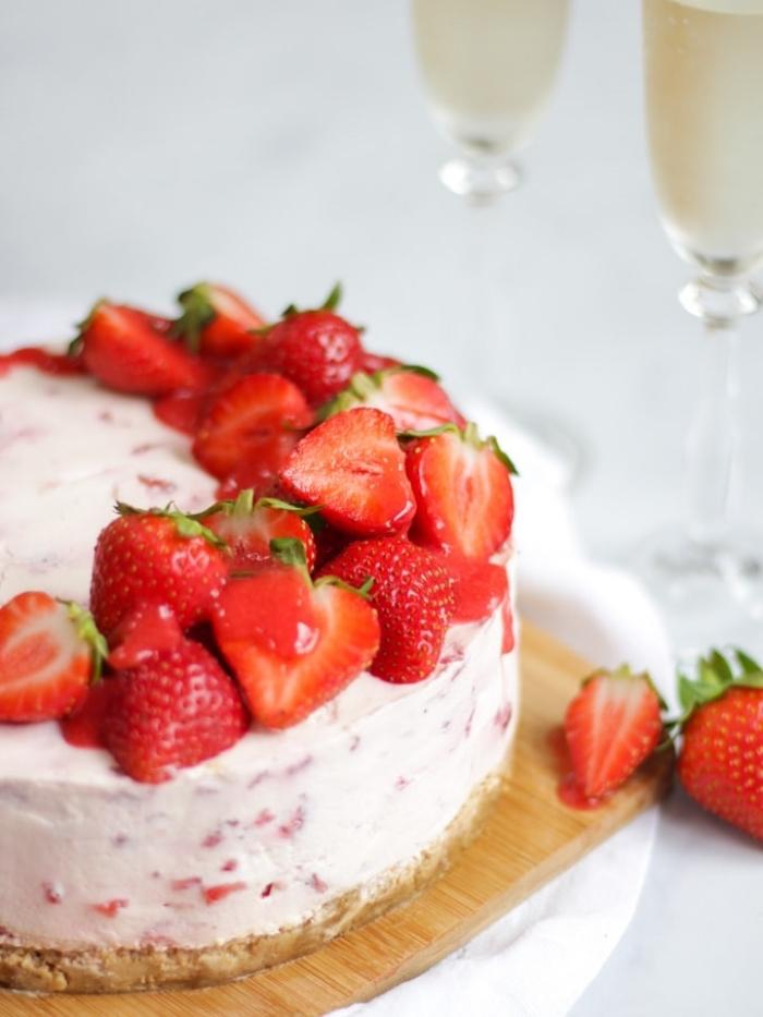 käsekuchen mit erdbeeren, dessert ideen, nachtisch rezepte, torte mit beeren