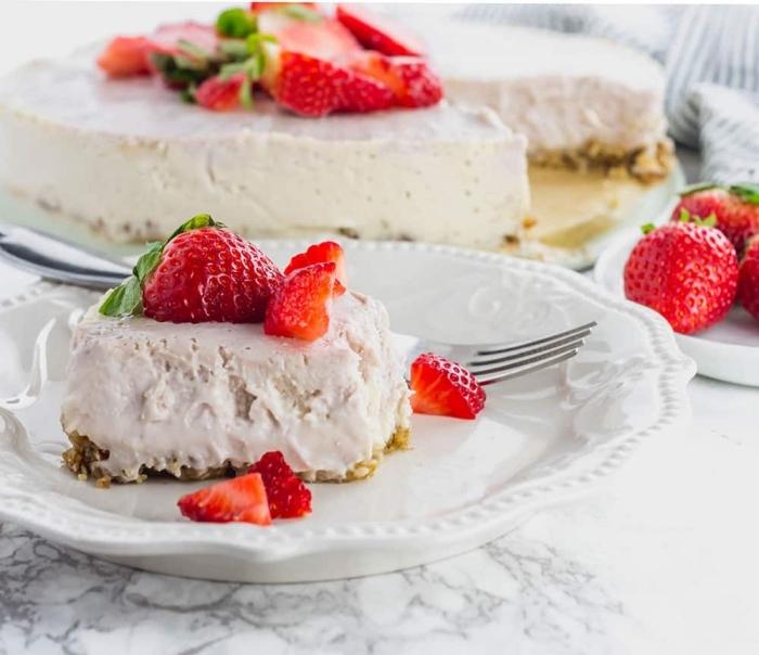 käsekuchen mit erdbeeren, cheesecake mit frischkäse und keksboden, erdbeer torte