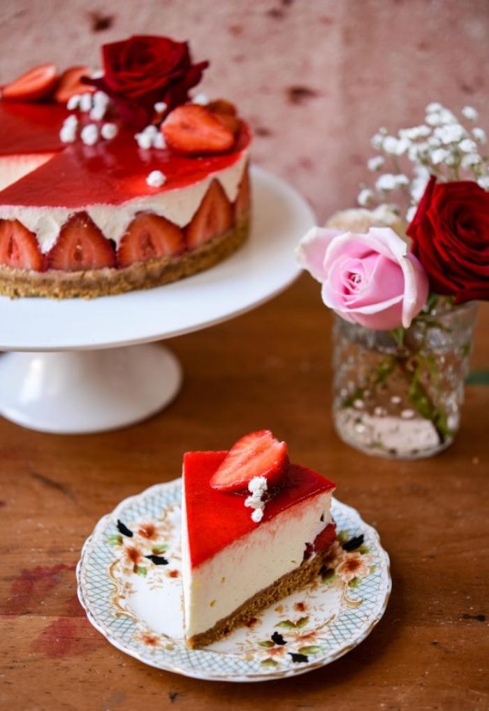 käsekuchen mit erdbeeren, cheesecake mit beeren und gelee schicht, gebrutstagstorte ideen