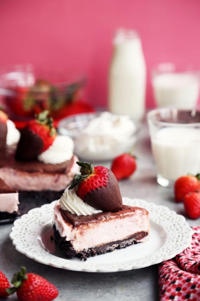 käsekuchen mit erdbeeren und schokolade, frischkäsekuchen rezept, cheesecake mit schokolade und beeren
