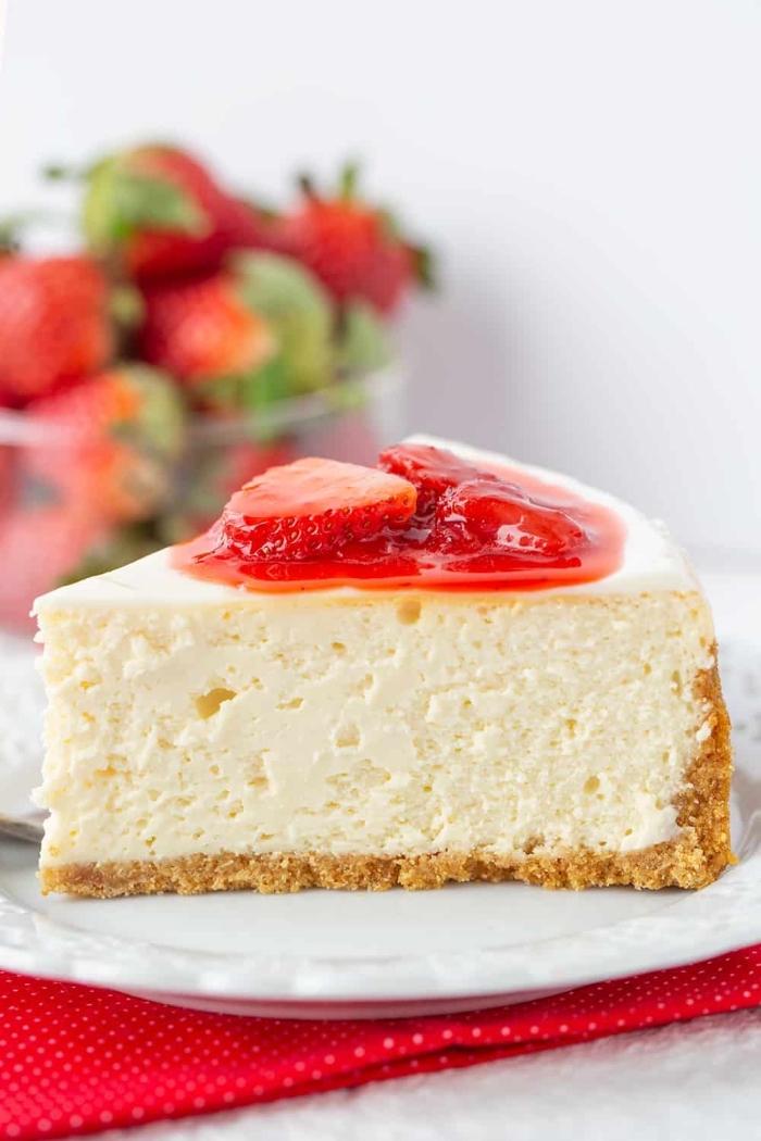 käsekuchen mit erdbeeren, cheesecake mit erdbeermarmelade und früchten, kuchen mit keksboden rezept