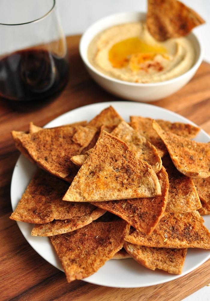kalorienarme snacks, selsbtgmachte crackers mit gewürz, picknick essen, partyessen
