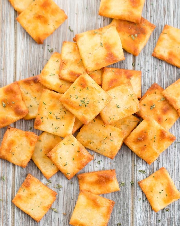 kalorienarme snacks, slazige crackers mit gewürz und käse, einfache zubereitung, fingerfood einfach