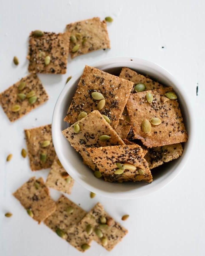 kalorienarme snacks, crackers mit nüssen und samen, partyessen einfach, gesund, vegan