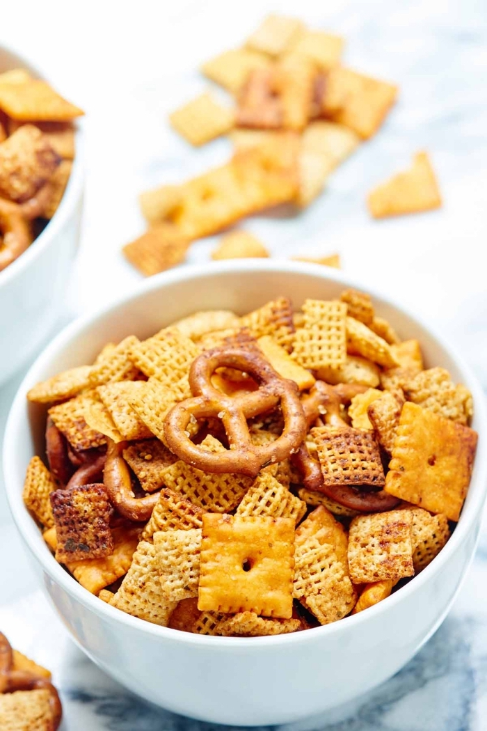 kalorienarme snacks, crackers mischung, mini brezel, partyessen einfach, party essen