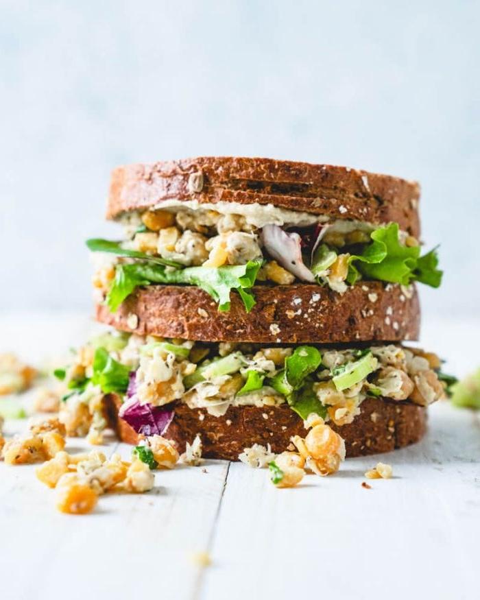 schnelles mittagessen idee, sandwich selber machen, salat mit kichererbsen, petersilie, grünsalat blätter, zwiebel, vollkornbrot