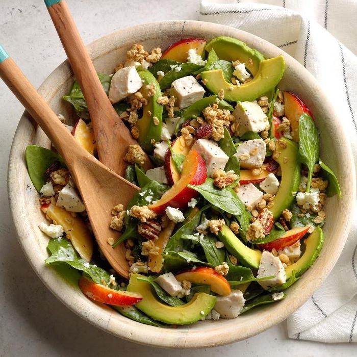 schnelles mittagessen idee, schüssel mit salat mit käse, avocado und stücken pfirsich