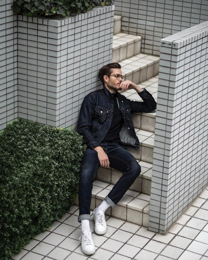 mode versand, weiße schuhe sneakers, jeansoutfit, mann liegt an der treppe