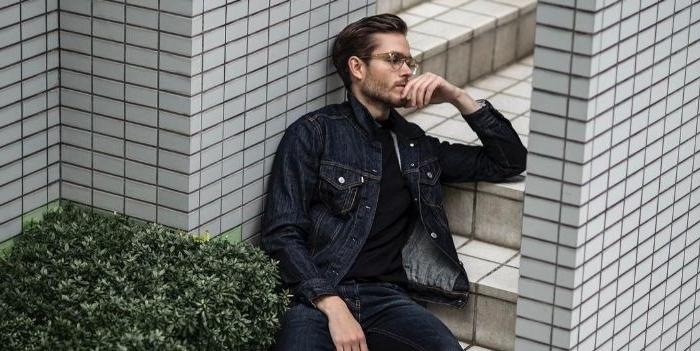 mode versand, jacke schwarz jeans, ein mann mit brille, busch fliesen treppe