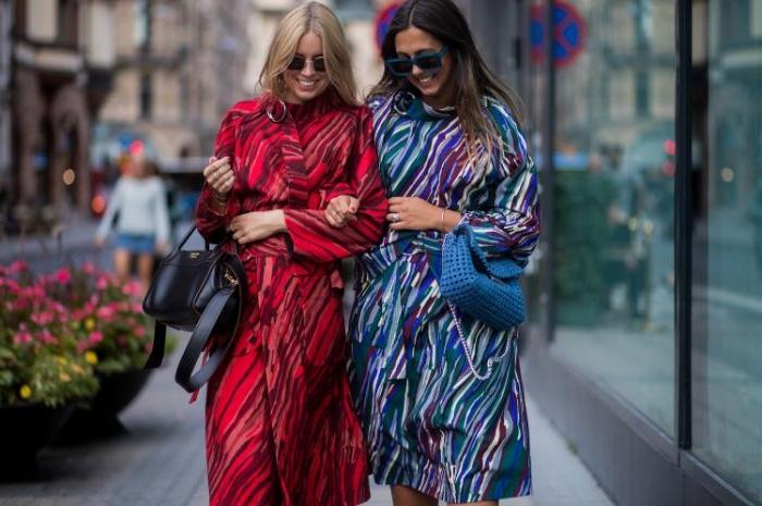 französische mode online shop, zwei frauen, rotes und blaues outfit mit muster, tasche entsprechend