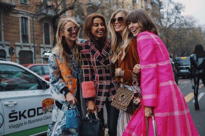französische mode online shop, rosa trench, bunte mäntel frauen, vier freundinnen