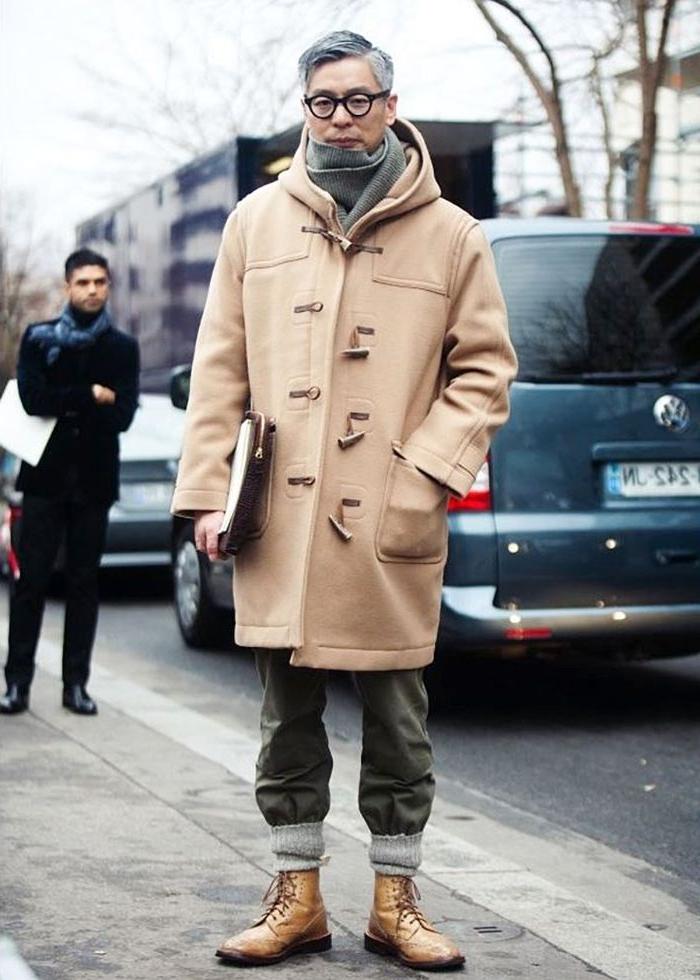 französische mode online shop, beiger mantel, mode für männer, graue haare, jeans grün