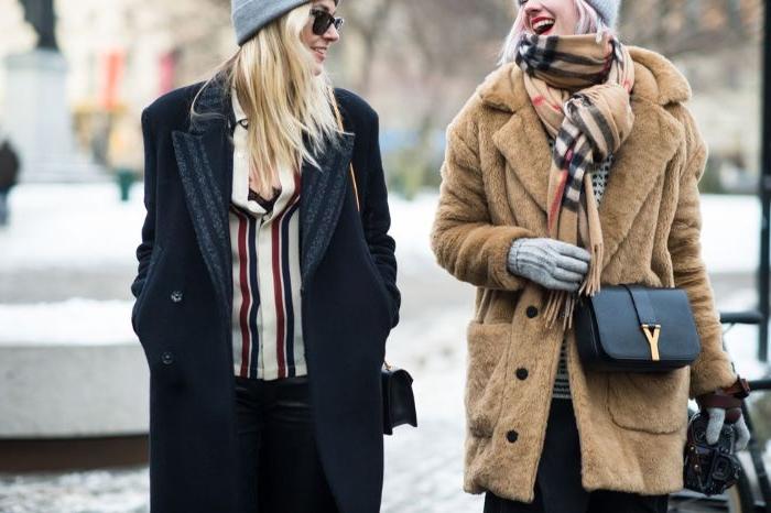 coole marken, beiger mantel mit zsl tasche, burberry schal, mode trend