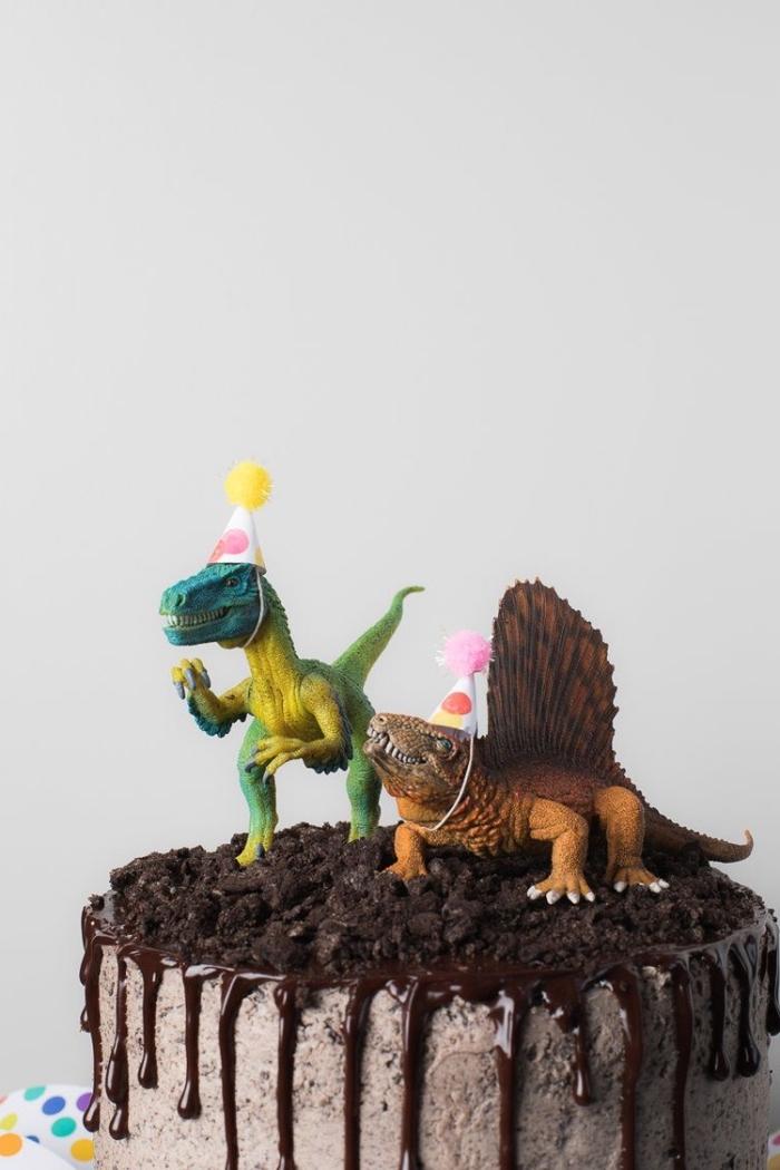 kindergeburtstagskuchen selber machen, torte mit oreo keksen dekoriert mit kleinen figuren, dinosaurier