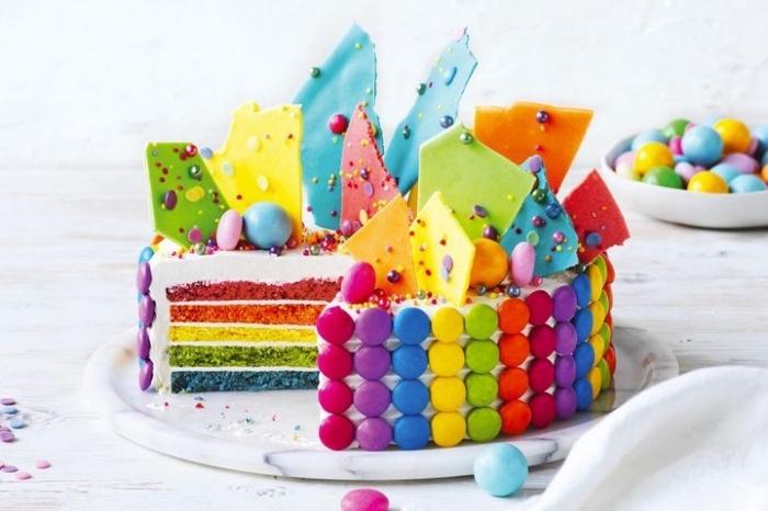 kindergeburtstagskuchen selebr machen, torte in den regenbogenfarben, geburtstagstorte in den farben des regenbogens