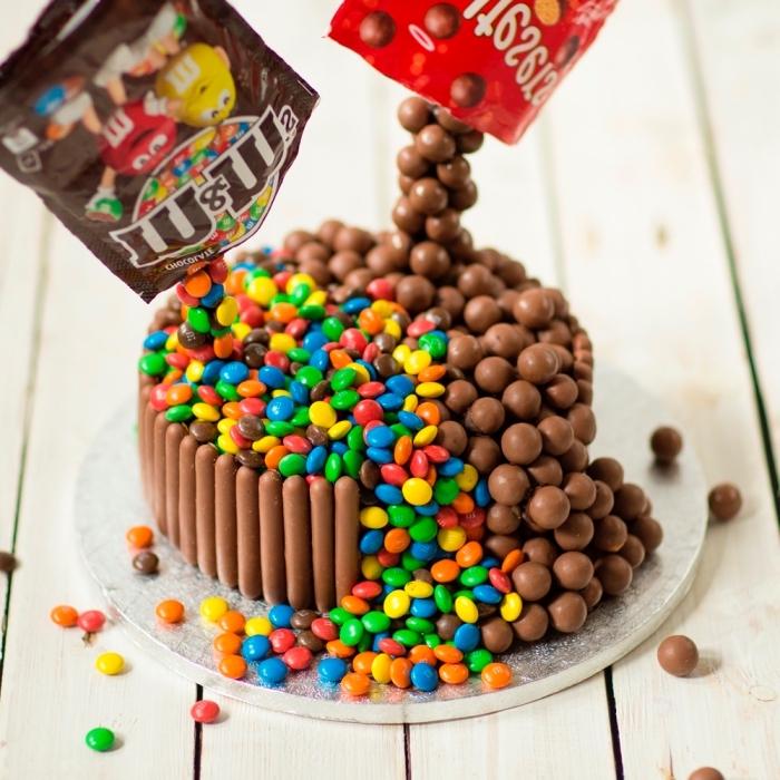 kindergeburtstagskuchentorte aus süßigkeiten, bunte bonbons, schokoladenbonbons