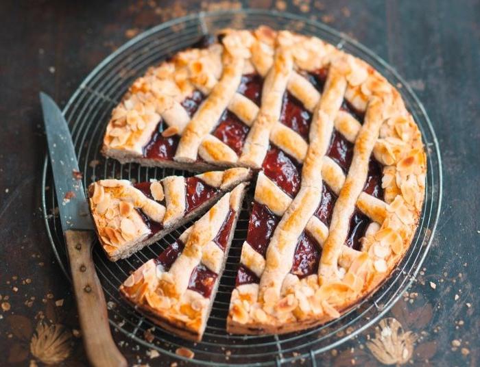 linzer torte, ein tolles gebäck idee in bild, teigwaren mit früchtiger füllung unf mandeln