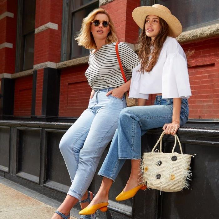 20er jahre party, zwei freundinnnen mit jeans und strohhüten, strohtasche, gelbe schuhe