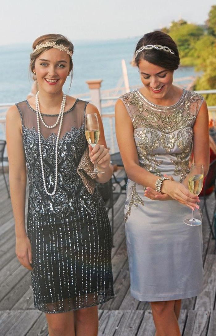 20er jahre kostüm, zwei frauen mit modeoutfits, knielange kleider mit pailetten und perlen