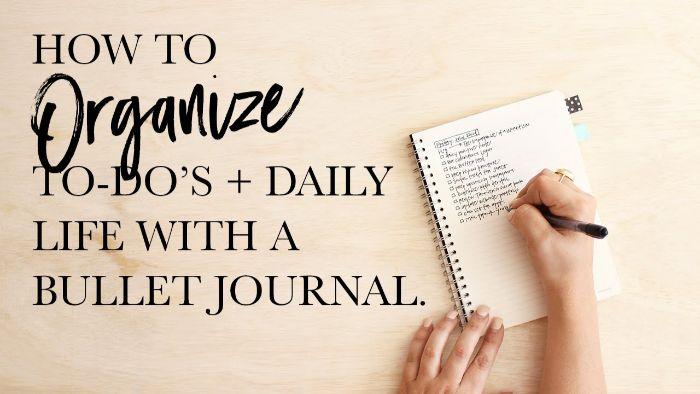 wochenübersicht bullet journal, rosa hintergrund, ideen in dem heft aufschreiben, eine hand schreibt, liste mit ideen