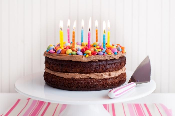 kuchen für kinder ideen, eifnache torte mit schokoladenboden und sahne dekoriert mit bunten bonbons