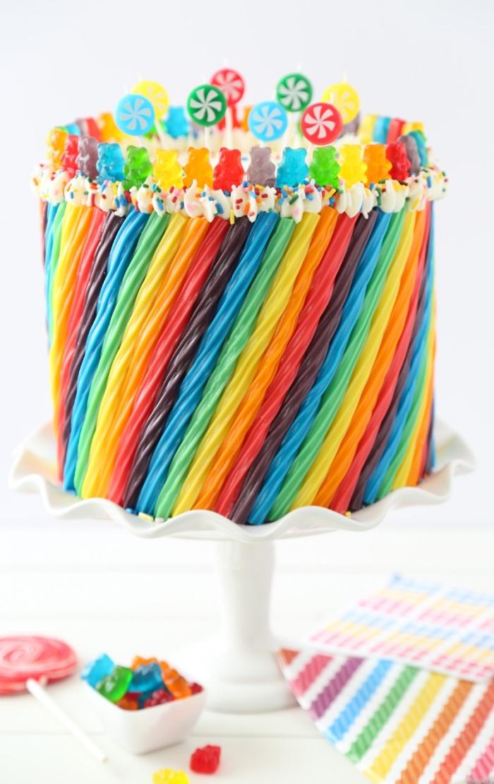 kuchen für kindergeburtstag, torte dkeoriert mit gelee bonbons in den farben des regenbogens