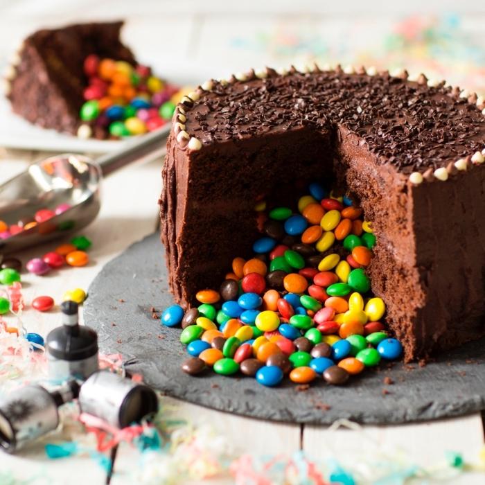 geburtstagskuchen mädchen, schokoladentorte fegüllt mit bonbons, pinata kuchen mit schokolade