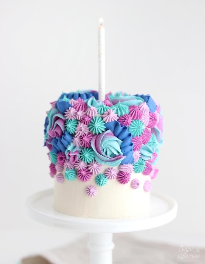 kuchen für kindergeburtstag selber machen, torte dekoriert mit sahne und buttercreme in pastellfarben