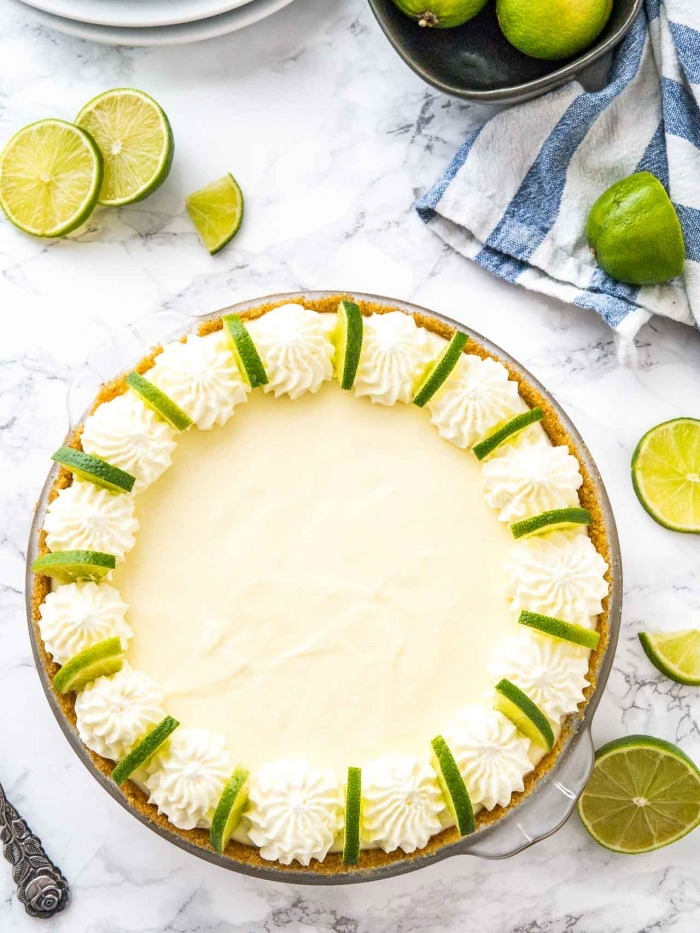 käsekuchen ohne backen, frischkäsekuchen mit limetten garniert mit vanillensahne, cheesecake rezept