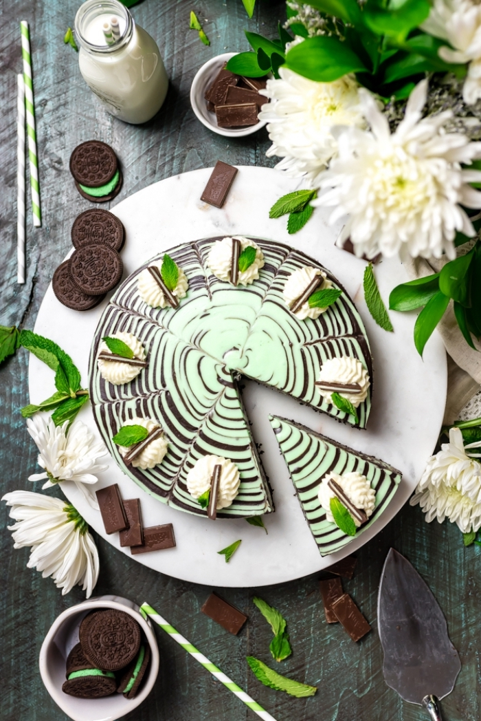 käsekuchen ohne backen, cheesecake mit oreo keksen und pfeffemrinze, geburtstagskuchen ideen