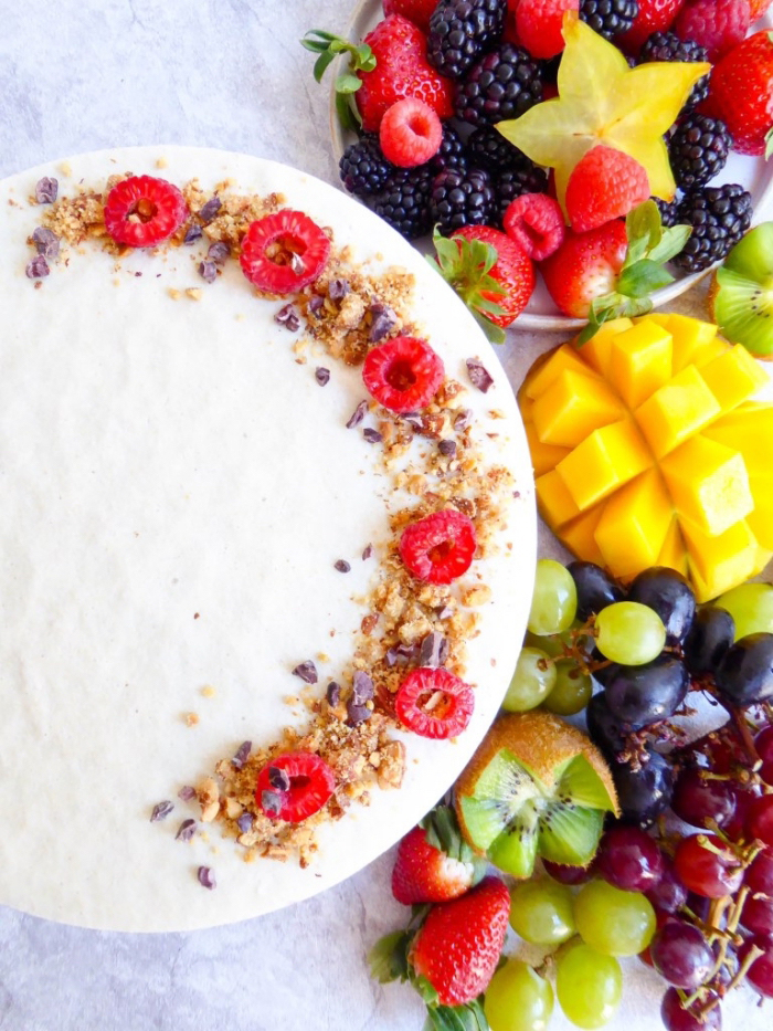 kuchen ohne mehl und zucker, frisches sommerdessert, käsekuchen mit nüssen und himbeeren