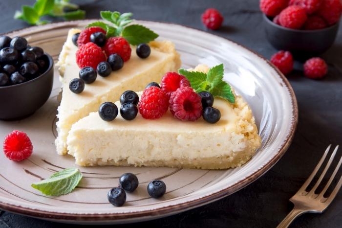 kuchen ohne mehl und zucker, käsekuchen mit himbeeren und blaubeeren, frischkäsekuchen rezept