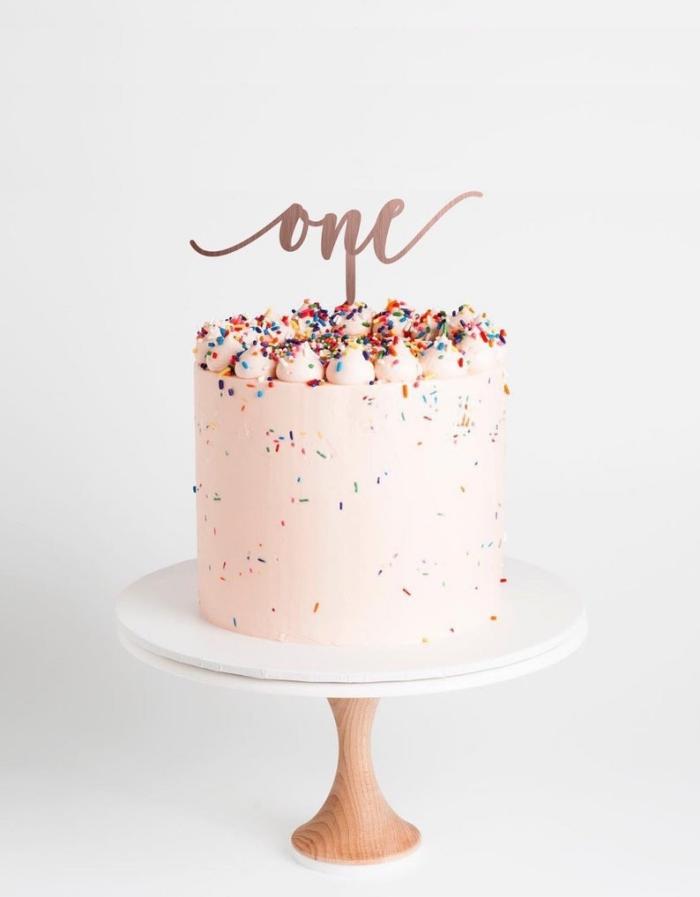 kuchen zum 1 geburtstag ideen, torte für mädchen, rosa creme, bunte streusel, geburtstagstorte dekorieren