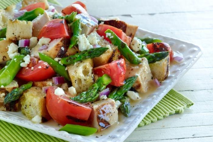 was esse ich heute, griechischer salat, rosarote tomaten aus den balkans, feta käse, gurken