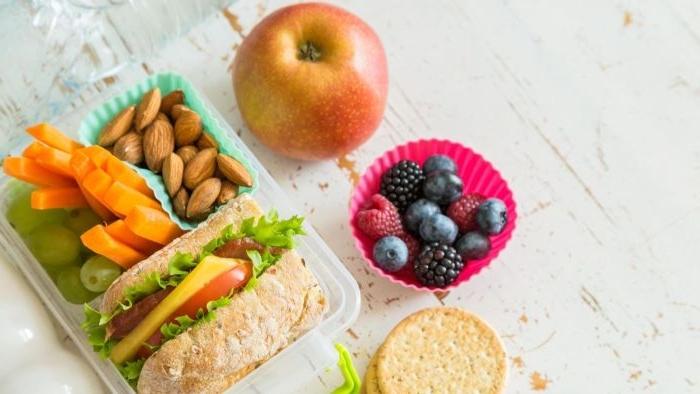 was esse ich heute, kleine schüssel zum mitnehmen, gesunde ernährung, frisches obst, apfel, lunch box