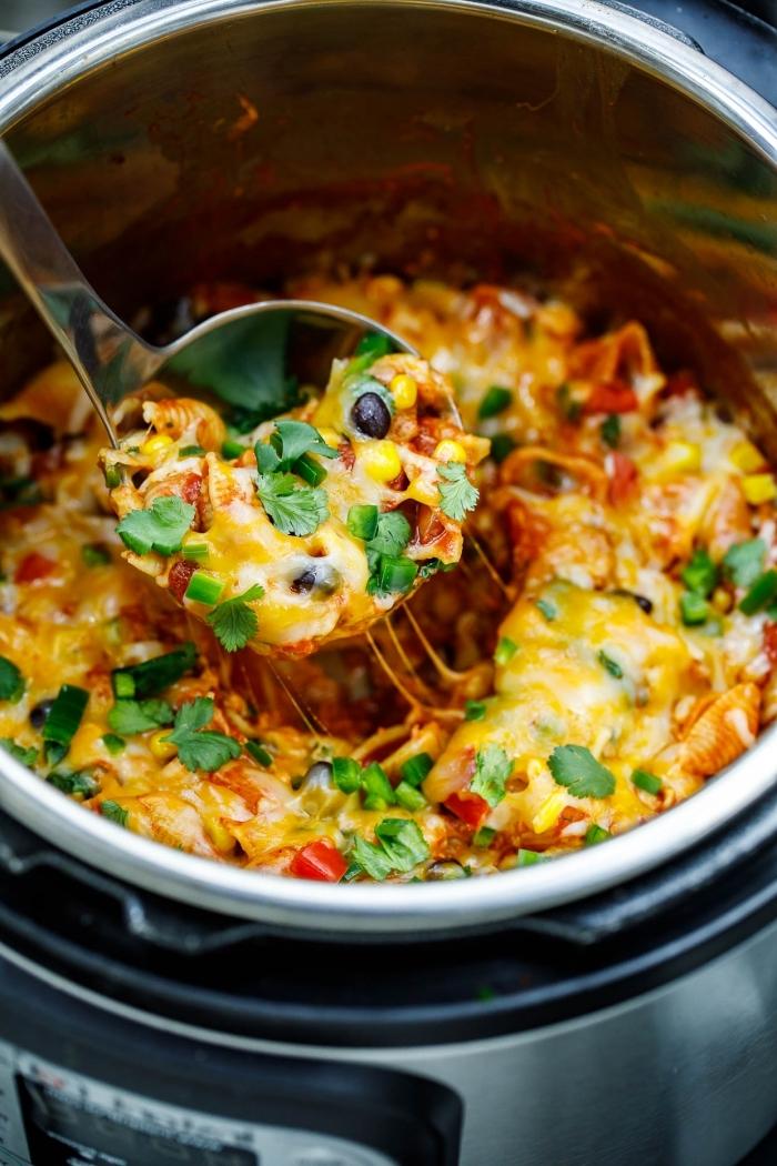 leckere vegetarische gerichte, gesund essen, abendessen mit gemüse und käse, cheddar, parmesan