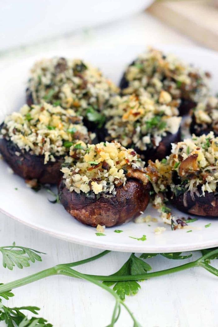 leckere vegetarische gerichte, pilzen mit füllung aus quinoa, käse und nüsse garniert mit gehakter petersilie