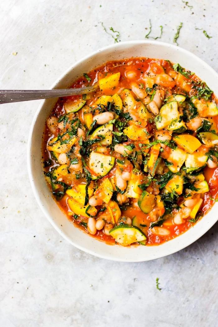 leckere vegetarische gerichte, suppe mit tomaten, zucchini und bohnen, abendessen gesund