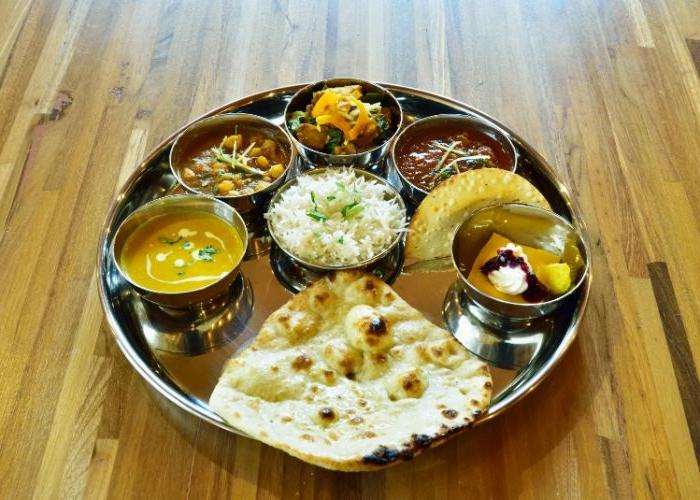 leichtes abendessen, orientalisches essen, pita brot oder fladenbrot mit verschiedenen soßen