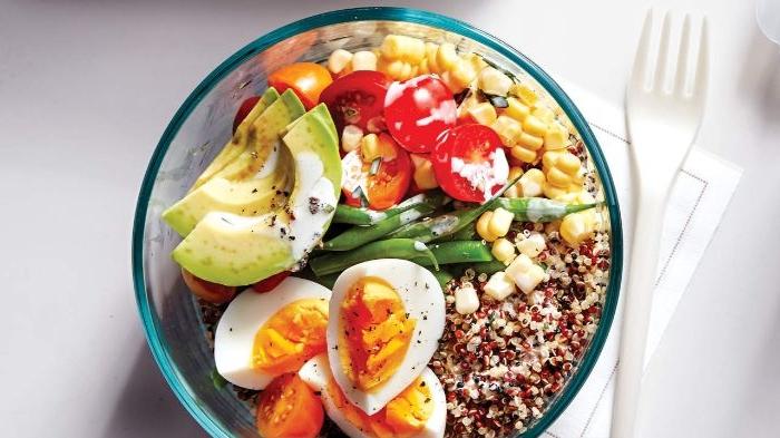 was esse ich heute, ein bowl mit salat, quinoa, avocados, eier, mais, tomaten